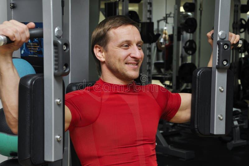 Exercice d'hommes de forme physique images stock