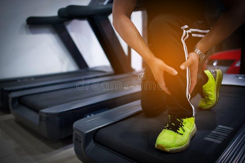 Exercice dans le gymnase Les gens aiment la santé, l'exercice, le fonctionnement et le poids Le concept de la forme physique pour photo stock