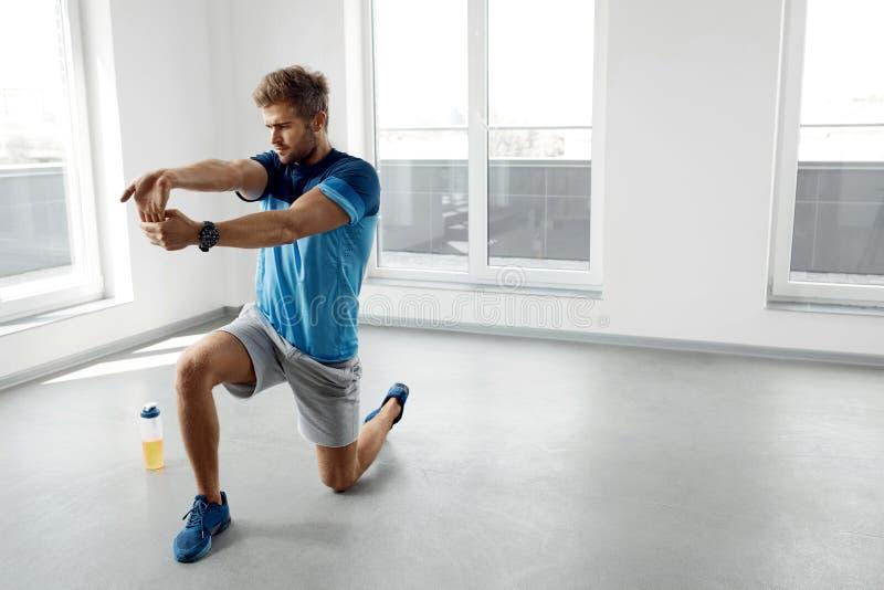 Exercice de bout droit Homme en bonne santé bel s'étirant avant séance d'entraînement photos libres de droits