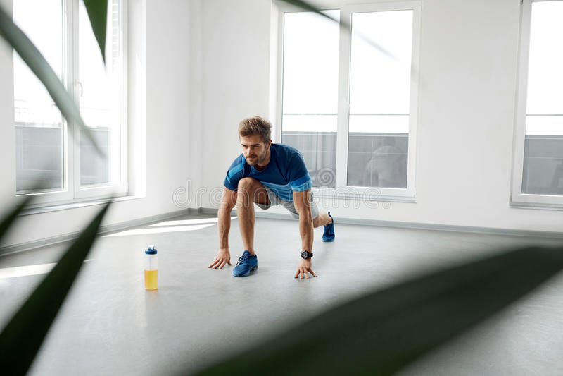 Exercice de bout droit Homme en bonne santé bel s'étirant avant séance d'entraînement photos stock