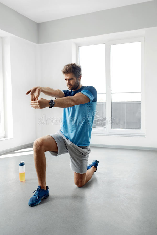 Exercice de bout droit Homme en bonne santé bel s'étirant avant séance d'entraînement photographie stock libre de droits