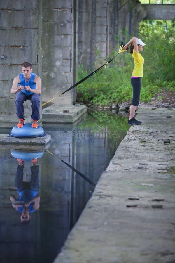 Formation extérieure sportive professionnelle d'homme et de femme photographie stock libre de droits