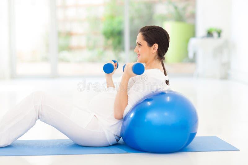 Exercice de femme enceinte photographie stock