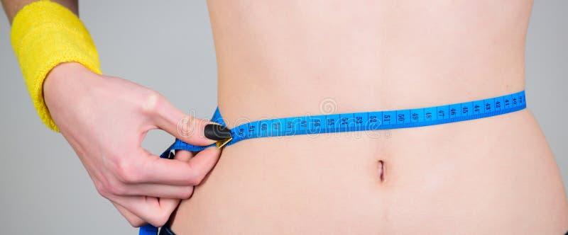Exercice de forme physique de brûlure de calorie Perte de poids Forme physique et santé Ventre mince femelle et ruban métrique de photo libre de droits