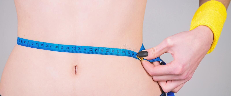 Exercice de forme physique de br?lure de calorie Perte de poids Forme physique et sant? Ventre mince femelle et ruban m?trique de photos stock