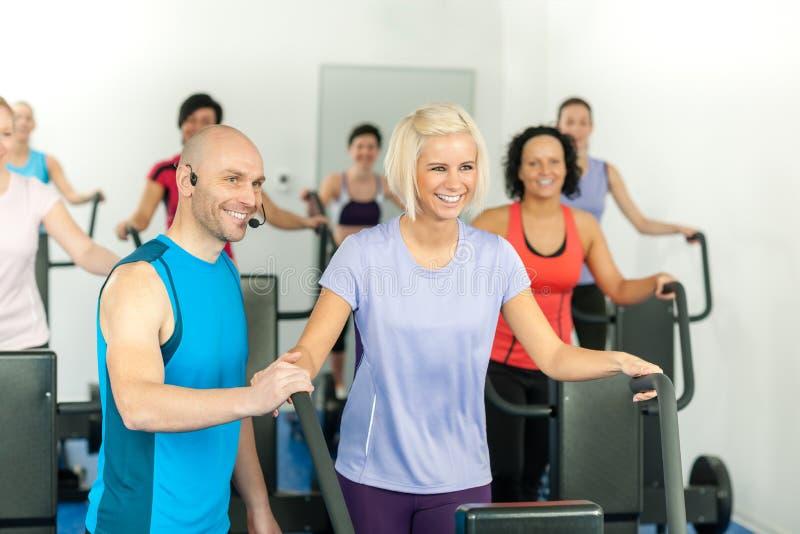 Exercice de gens de gymnastique d'instructeur de forme physique principal photographie stock