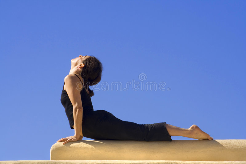 Exercice de Hatha-Yoga de matin photographie stock libre de droits