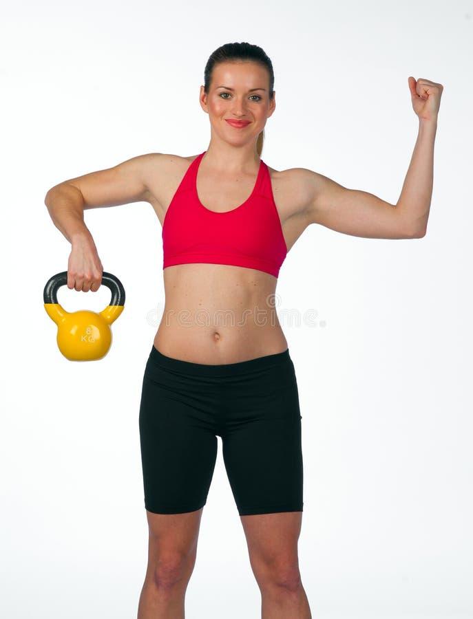 Exercice de jeune femme avec des poids image stock