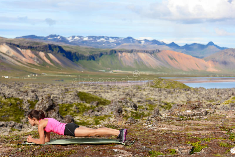 Exercice de la femme de forme physique faisant la planche en nature photos stock