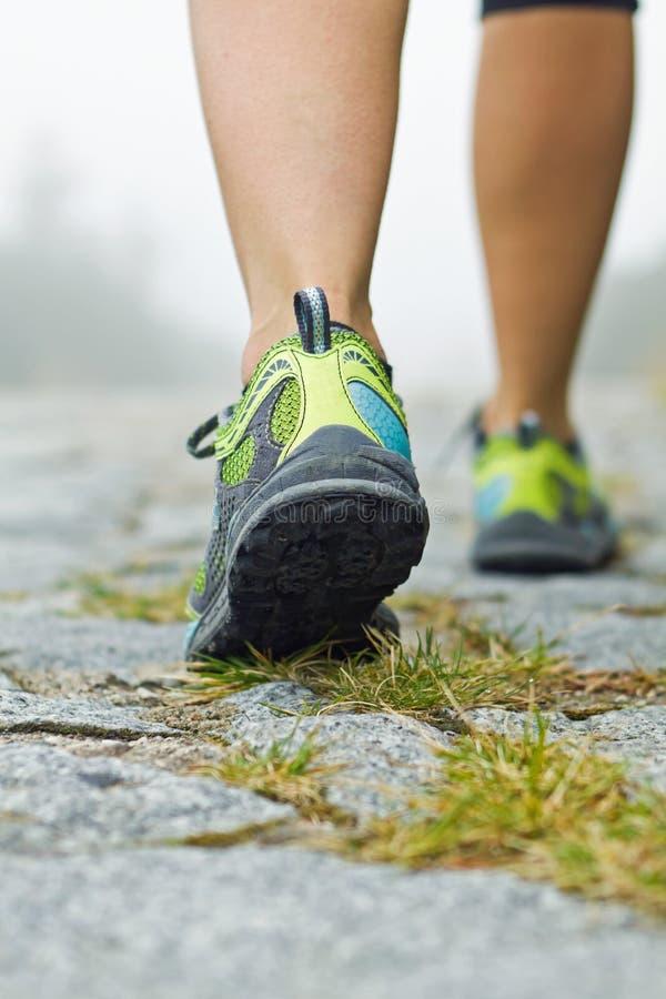 Exercice de marche, randonneur de femme en montagnes photos libres de droits