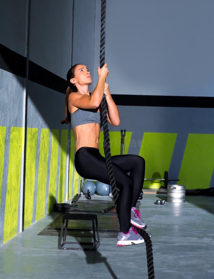 Exercice de montée de corde de Crossfit dans le gymnase de forme physique photo stock
