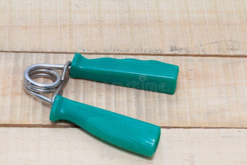 Exercice de poignée de main sur le plancher en bois photographie stock libre de droits
