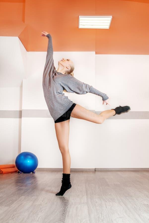 Exercice de répétition de danse de femme dans le gymnase Le concept du spor photographie stock libre de droits