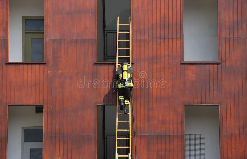 exercice de sapeur-pompier tout en s'élevant dans la caserne de pompiers image stock