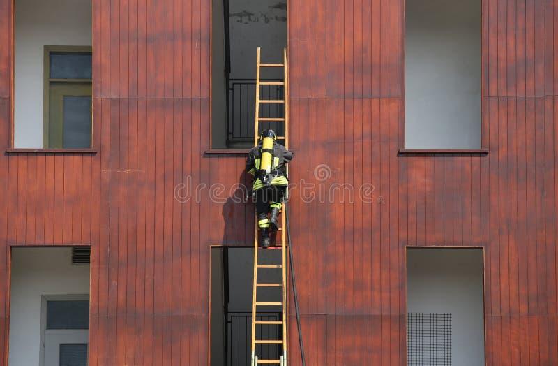 exercice de sapeur-pompier tout en s'élevant dans la caserne de pompiers photos libres de droits