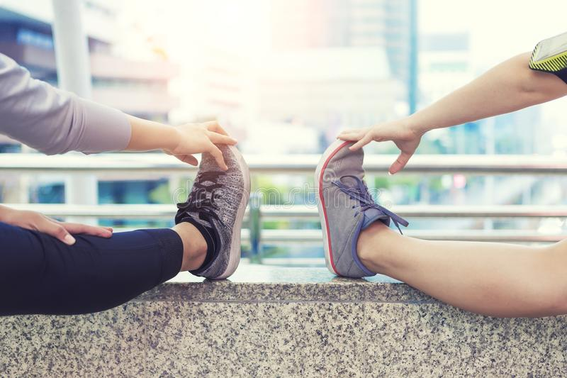 Exercice de sport et concept sain Échauffement de personnes de plan rapproché avant séance d'entraînement dans la ville image libre de droits
