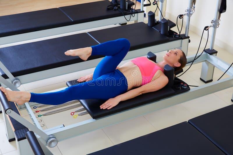 Exercice de travail de pied de femme de réformateur de Pilates images stock