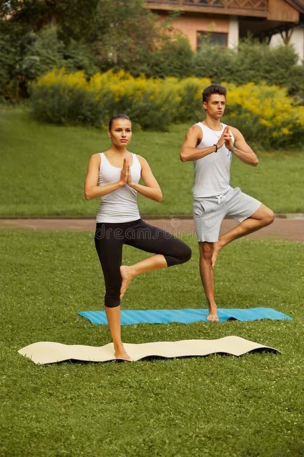 Exercice de yoga Jeunes couples méditant dans le centre de fitness photo libre de droits