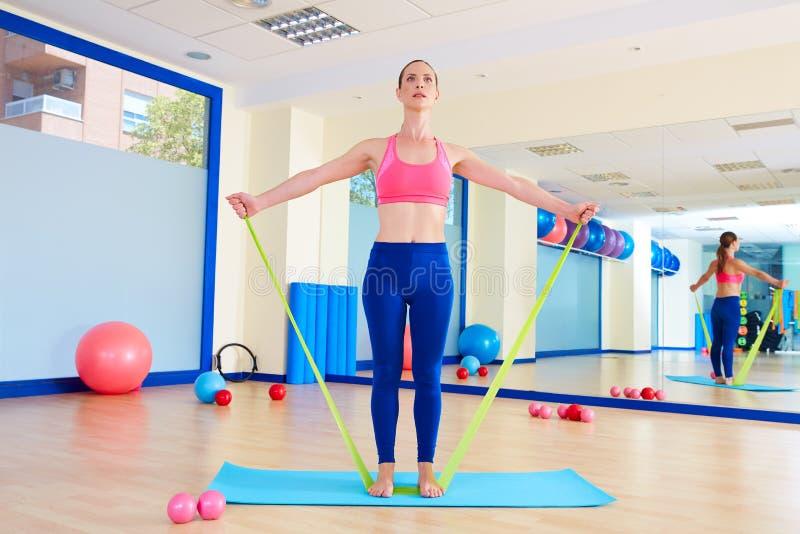 Exercice debout d'une bande élastique de femme de Pilates images libres de droits