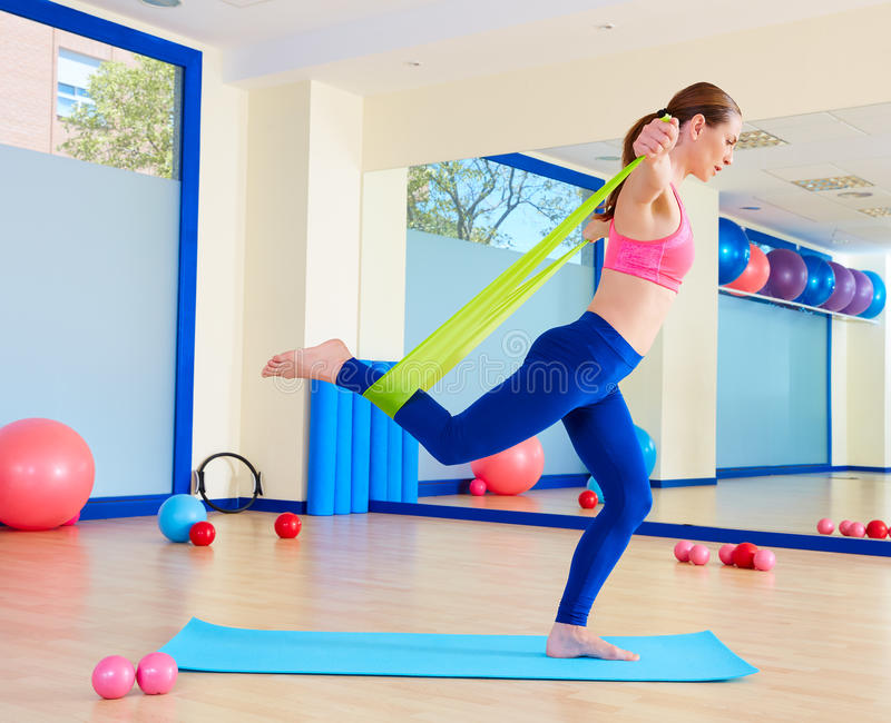 Exercice debout d'une bande élastique de femme de Pilates photo stock