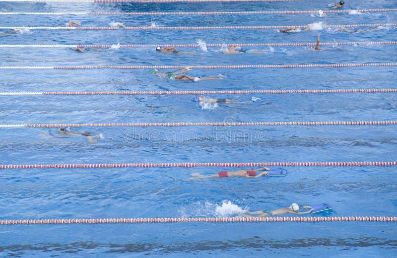 Exercice des enfants nageant dans la piscine photos libres de droits