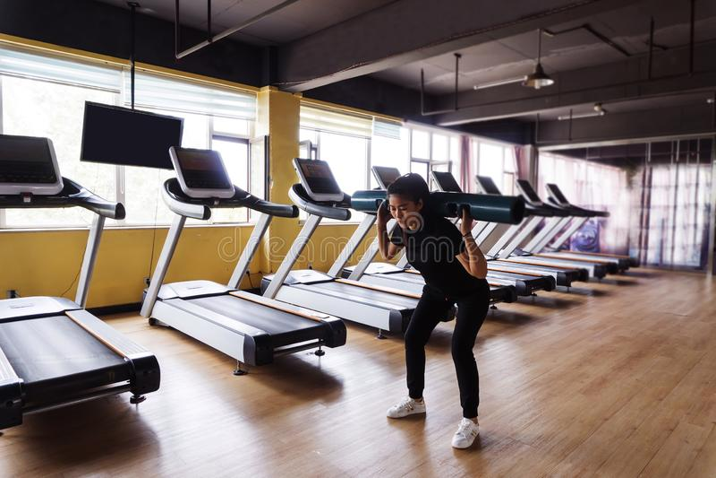 exercice des jeunes de femme de gymnastique photos libres de droits
