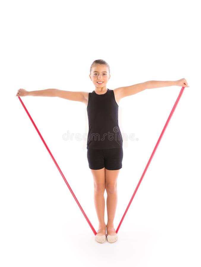 Exercice en caoutchouc de fille d'enfant de bande de résistance de forme physique photos libres de droits
