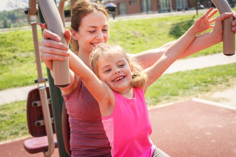 Exercice extérieur de mère et de fille photographie stock libre de droits