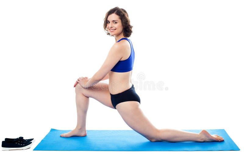 Exercice faisant femelle actif de cuisse photo libre de droits