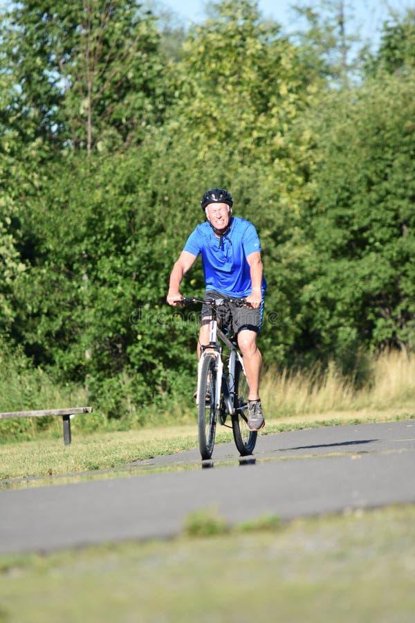 Exercice heureux de Person Wearing Helmet d'athlète photographie stock