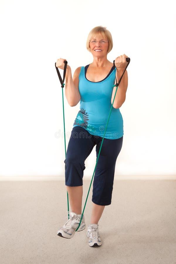 Exercice mûr de femme photographie stock
