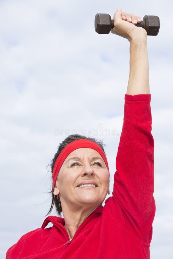 Exercice mûr réussi positif de femme photographie stock libre de droits