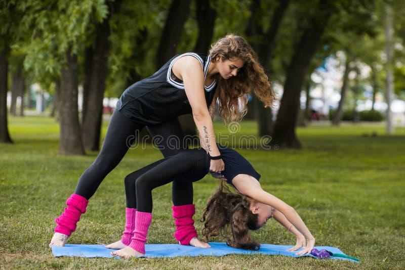 Exercice pour l'étirage Gymnastique de travail d'équipe photo stock