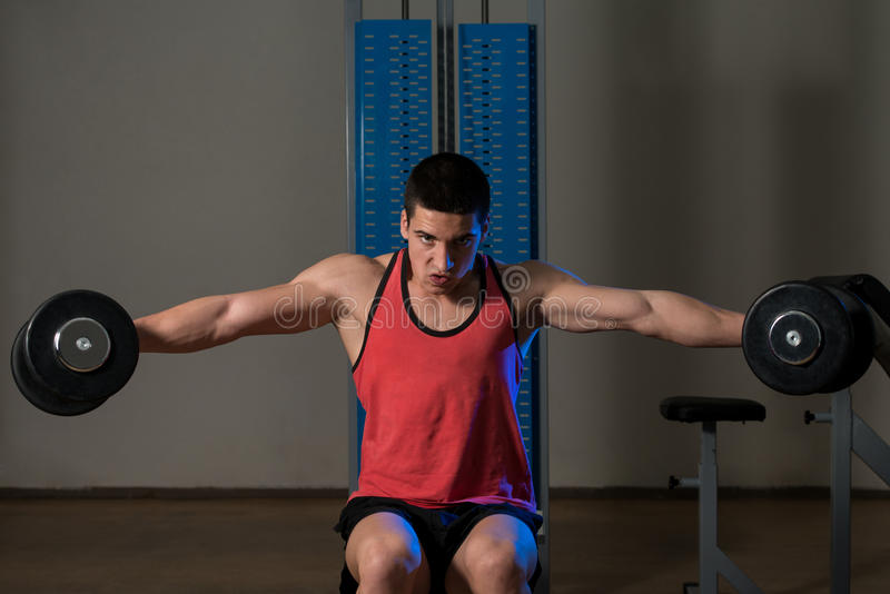 Exercice pour l'augmenter latéral d'haltère d'épaules photo stock