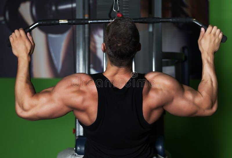 Exercice sain de séance d'entraînement d'homme de muscle dans le gymnase photo libre de droits