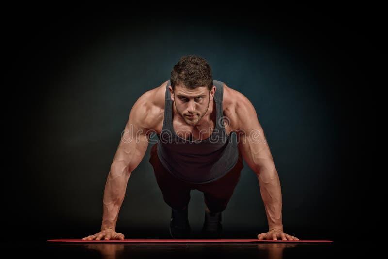Download Exercice Sportif De Jeune Homme Photo stock - Image du lifestyle, conscient: 56476136