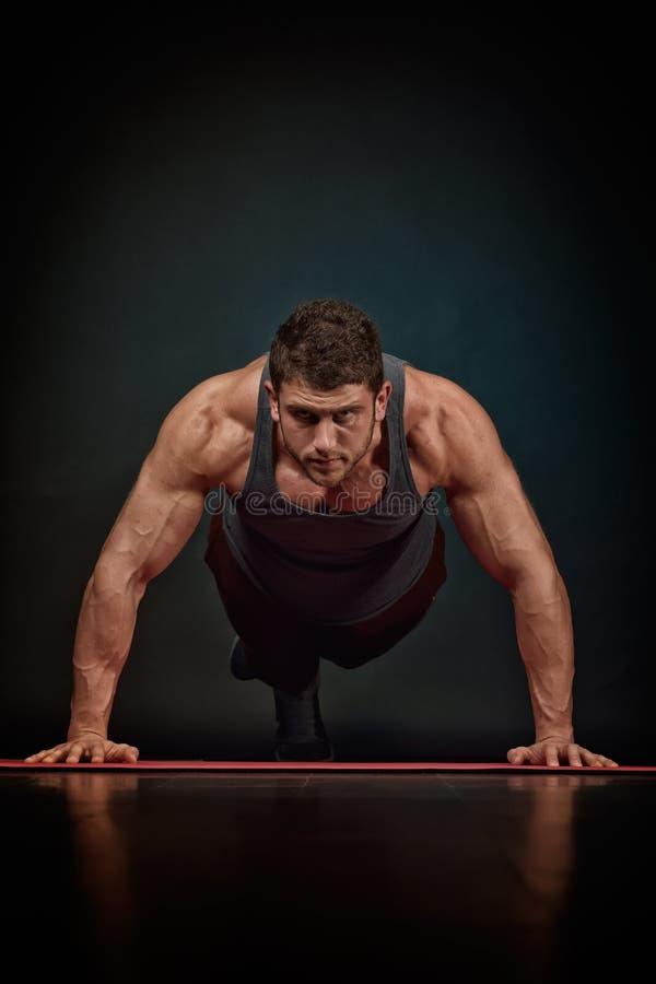 Download Exercice Sportif De Jeune Homme Image stock - Image du mâle, confiant: 56476145