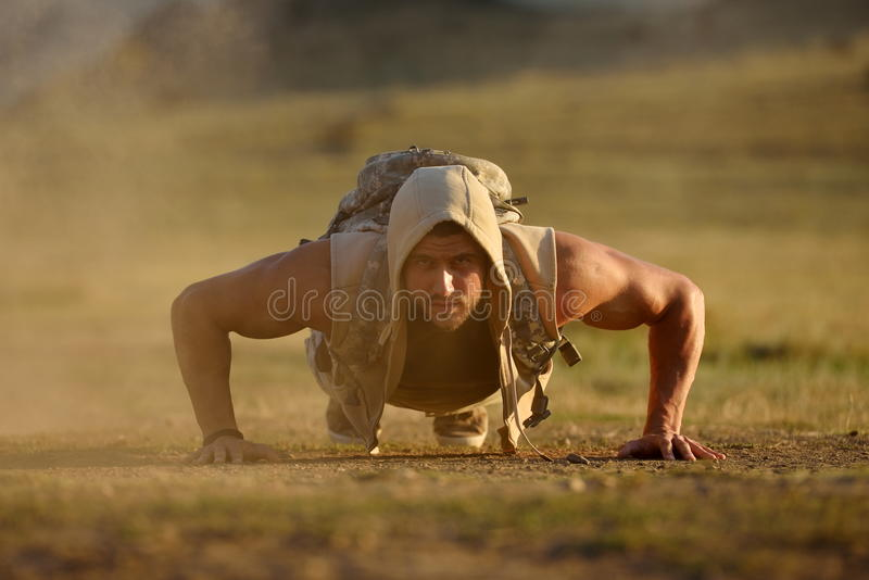 Download Exercice Sportif De Jeune Homme Extérieur Sur Le Champ Poussiéreux Photo stock - Image du occasionnel, extérieur: 56483058