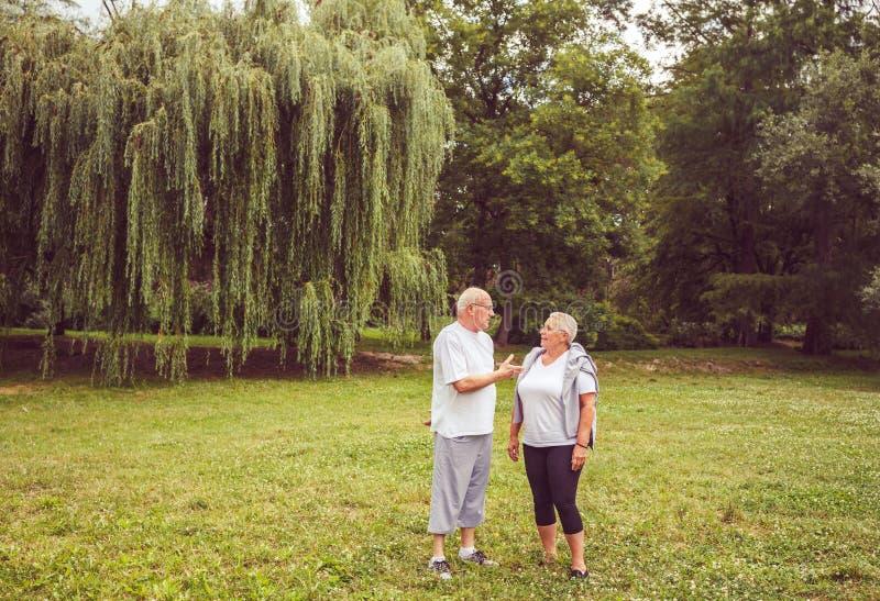 Exercice supérieur - couple supérieur appréciant un moment et parlant ensemble image libre de droits