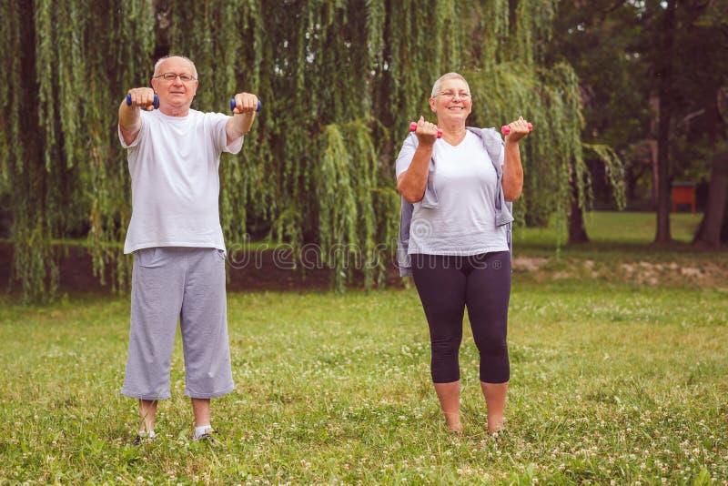Exercice supérieur - exercice de couples et amusement supérieurs heureux de avoir images libres de droits