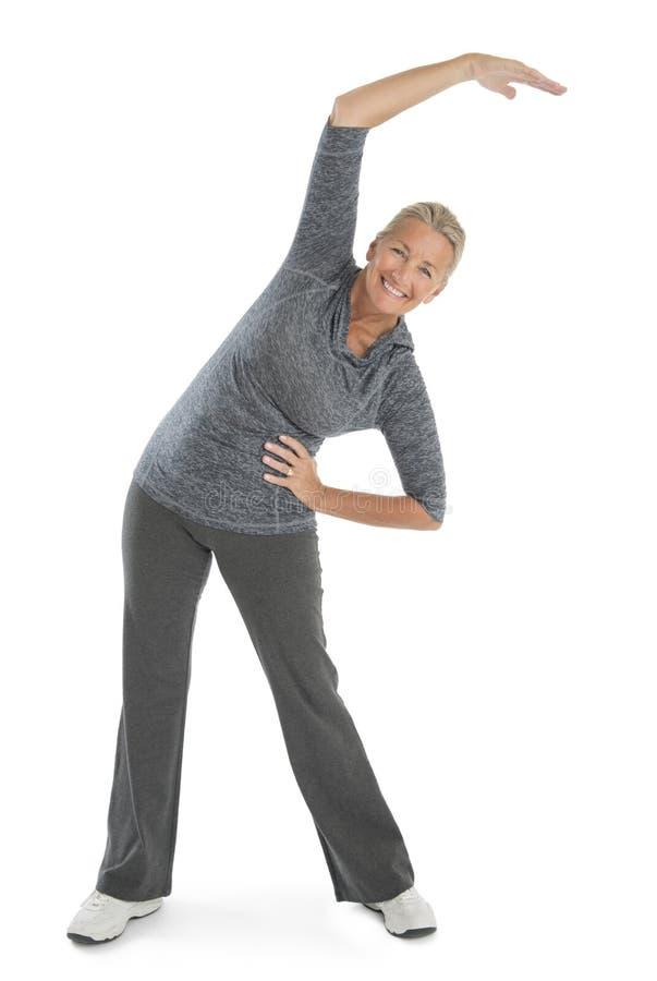 Exercice supérieur heureux de femme image stock