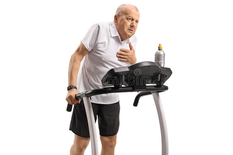 Exercice supérieur sur un tapis roulant et avoir une crise cardiaque images stock