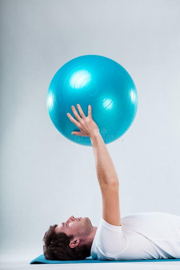 Exercice sur le tapis d'exercice de plancher images stock