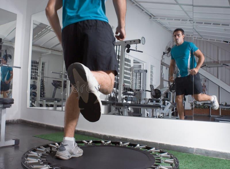 Exercice sur un tremplin photo stock