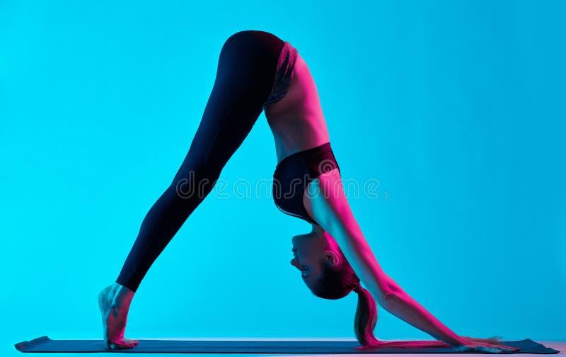 Exercices Adho Mukha Svanasana de la yoga de la mujer imagen de archivo libre de regalías