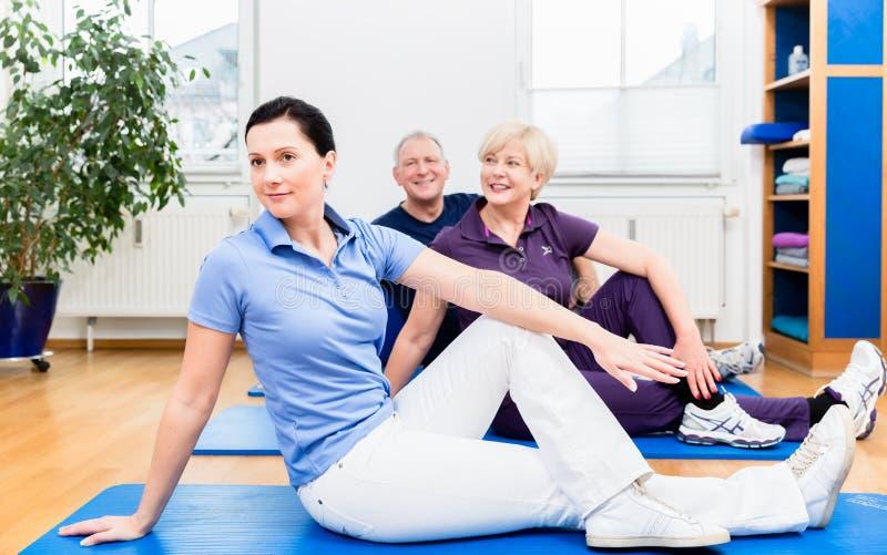 Exercices arrières de physio- apparence à ses patients image stock