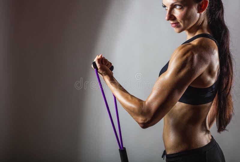 Exercices avec une résistance de image stock