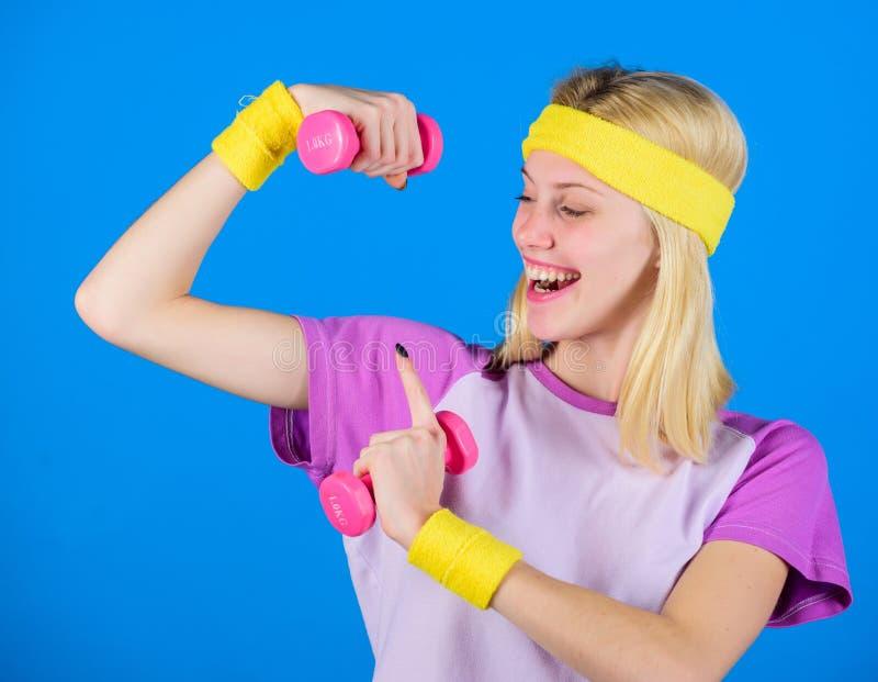 Exercices d'haltère de débutant Séance d'entraînement finale de corps supérieur pour des femmes Concept de forme physique fille s photos stock