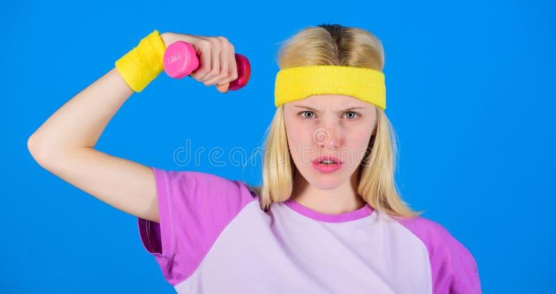 Exercices d'haltère de débutant Séance d'entraînement finale de corps supérieur pour des femmes Concept de forme physique fille s image stock