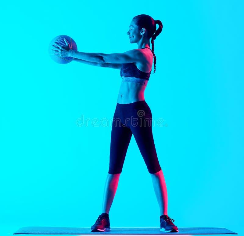 Exercices da bola de medicina da aptidão da mulher imagens de stock